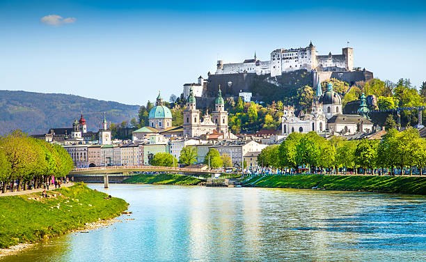 historic town of salzburg with salzach river in summer, austria - 奧地利 個照片及圖片檔