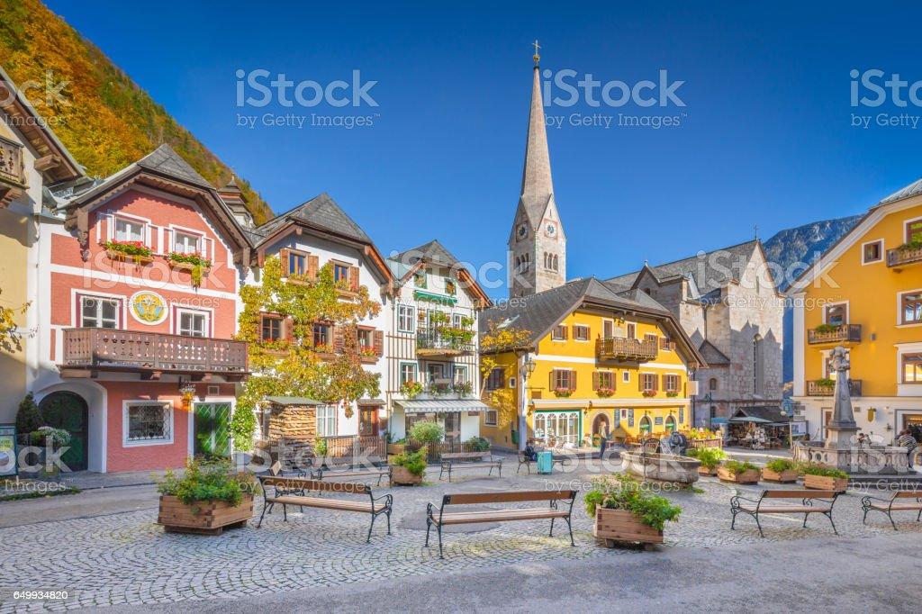 Historic town square of Hallstatt, region of Salzkammergut, Austria - foto de stock