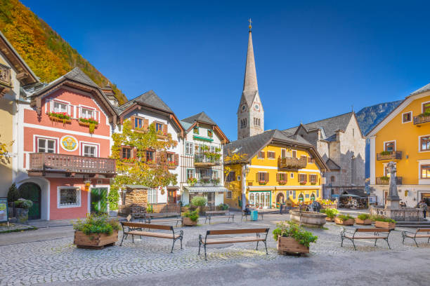 historic town square of hallstatt, region of salzkammergut, austria - 奧地利 個照片及圖片檔