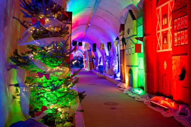 historischen unterirdischen tunnel unter der altstadt von zagreb in weihnachtsdekoration, hauptstadt von kroatien - adventgeschichte stock-fotos und bilder