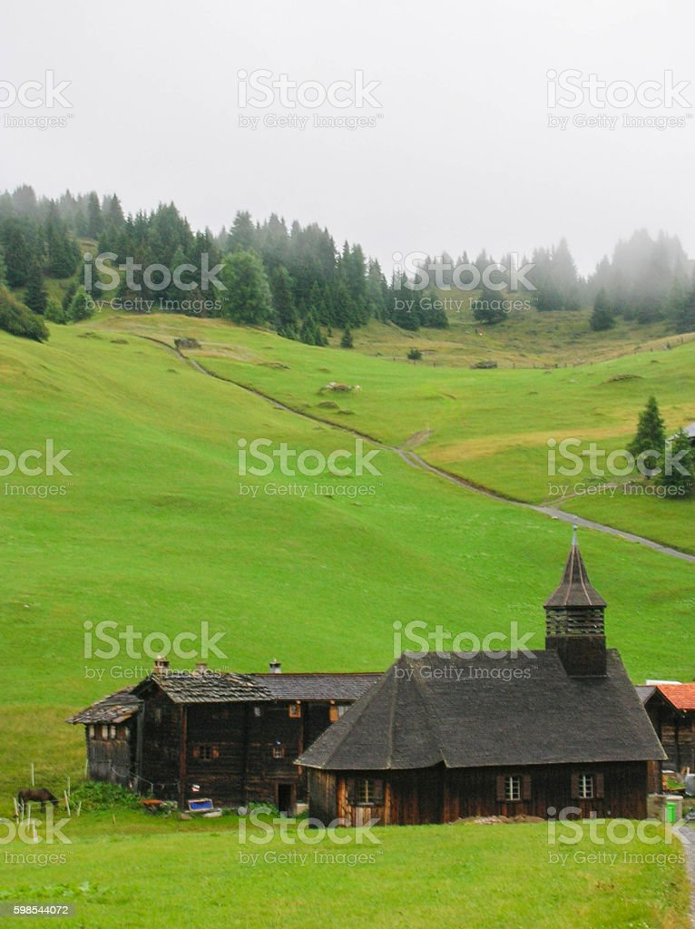 historic wooden church in the Swiss Alps photo libre de droits