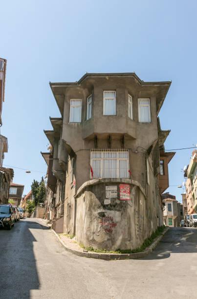 Fatih İstanbul Türkiye 'de geleneksel evler ile tarihi balat kasaba sokakları stok fotoğrafı
