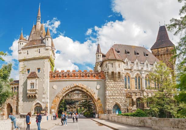Historisches Gebäude des Schlosses Vajdahunyad mit vielen Touristen und dem blauen Himmel im Hauptstadtpark – Foto