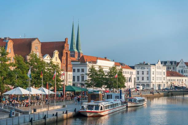 historische stadtbild von lübeck - nordsee urlaub hotel stock-fotos und bilder