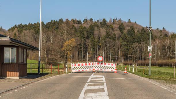 historisch: geschlossene grenzen zwischen der schweiz und deutschland - andreas haas stock-fotos und bilder
