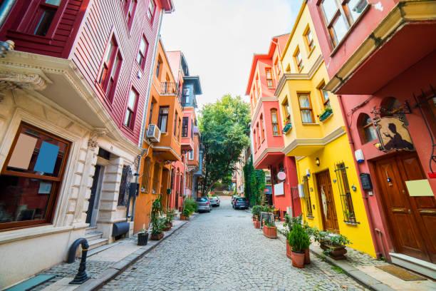 KUZGUNCUK tarihsel renkli evlerde. Kuzguncuk, Istanbul, Türkiye'de Üsküdar semtinde bir semttir. stok fotoğrafı