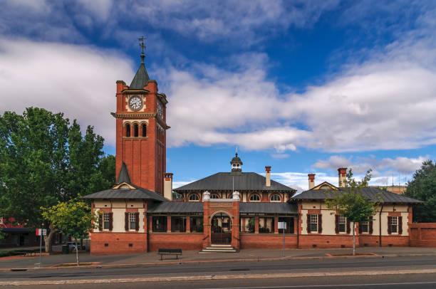 historischen gerichtsgebäude in wagga wagga, new-south.wales, australien - dachschräge einrichten stock-fotos und bilder