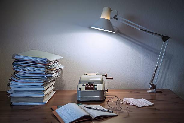 historische schreibtisch mit alten rechnen-maschine - bürolampe stock-fotos und bilder
