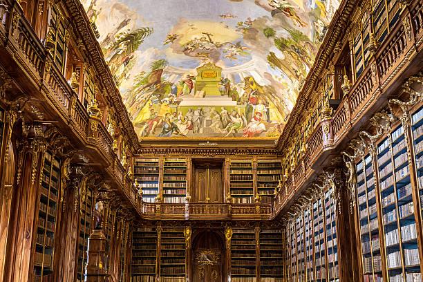 historical library of strahov monastery in prague, philosophical hall - praga boémia - fotografias e filmes do acervo