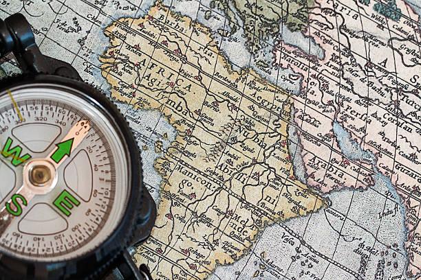 historische karte mit kompass - kompass wanderkarte stock-fotos und bilder