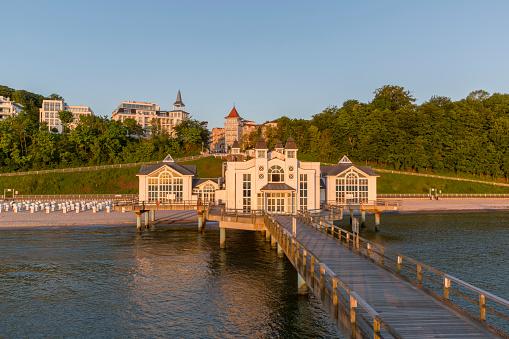 Historische Pier En Het Resort Sellin Op Rügen Eiland Bij Zonsopgang Stockfoto en meer beelden van Architectuur