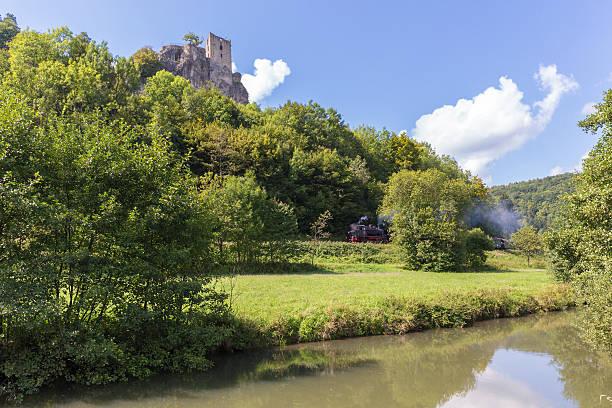 Historischer Dampflok in die mittelalterliche Burg Ruin Neideck, – Foto