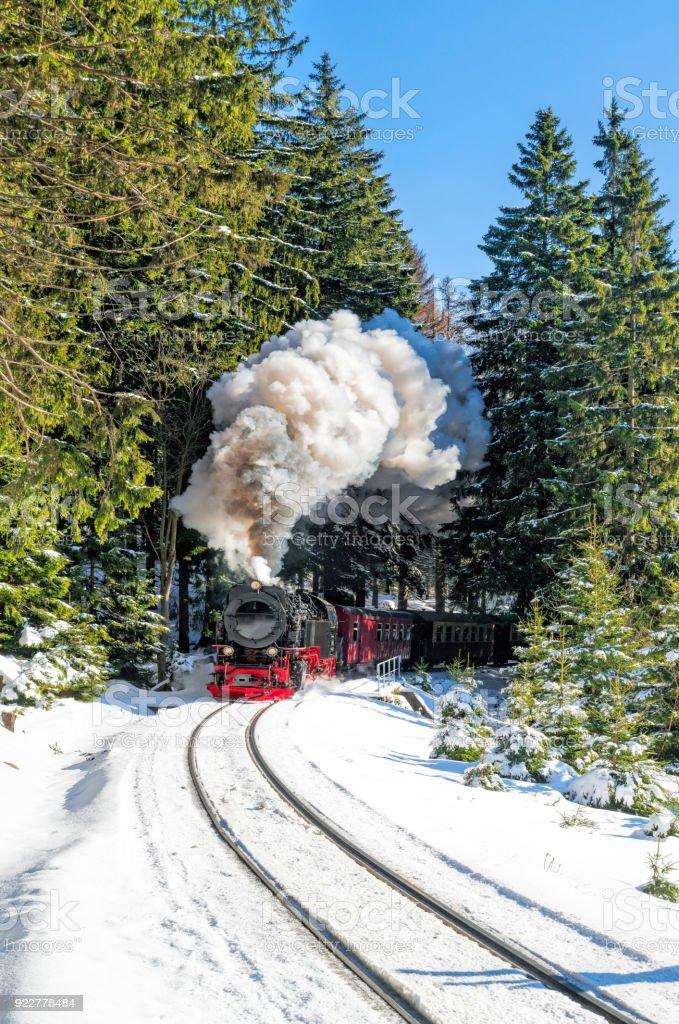 Historischen Dampfzug voller Laufgeschwindigkeit Brocken Berg in Harzregion – Foto