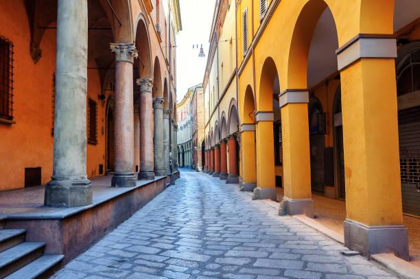 historical street in bologna, italy - bolonia zdjęcia i obrazy z banku zdjęć