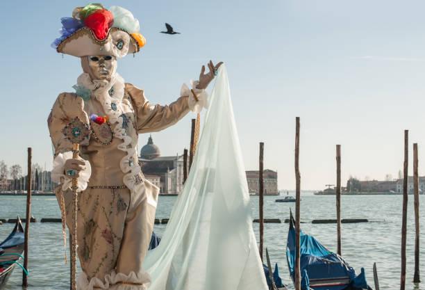 Historische venezianische Kostüm mit Maske am Karneval in Venedig – Foto