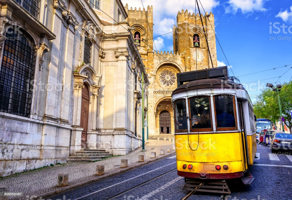 Historical yellow tram in front of the Lisbon cathedral, Lisbon, Portugal - fotografia de stock
