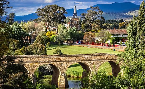 historische brücke von richmond, tasmanien - tasmania stock photos and pictures