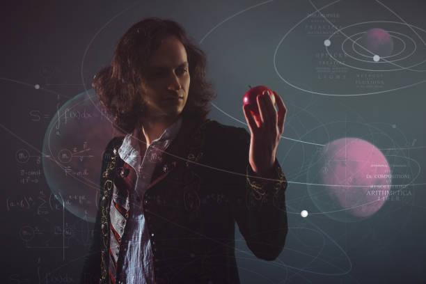 wissenschaftsgeschichte, konzept. isaac newton mit apple in der hand - berühmte physiker stock-fotos und bilder