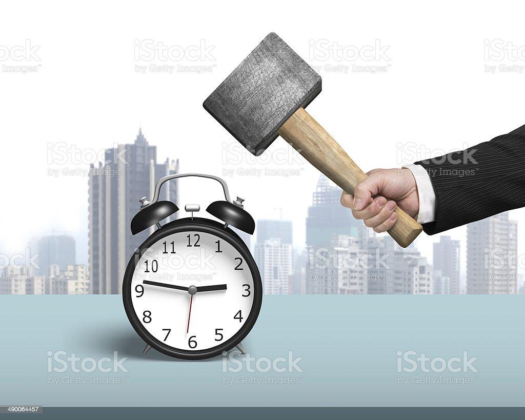 Golpear despertador con martillo en la tabla - Foto de stock de Acero libre de derechos