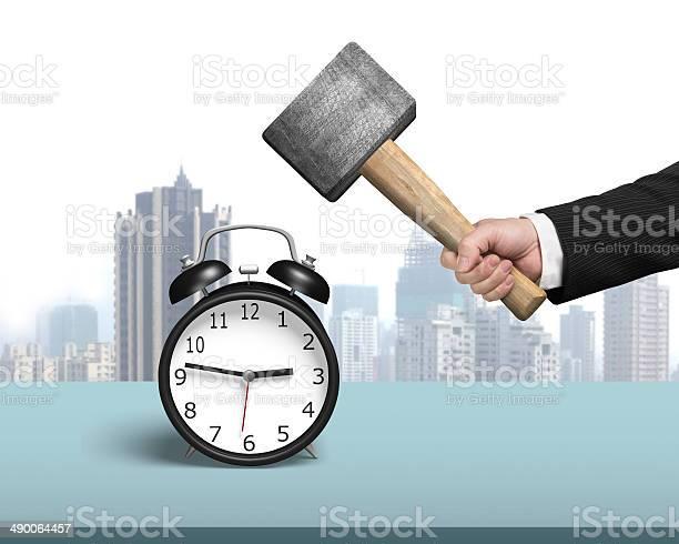 Golpear Despertador Con Martillo En La Tabla Foto de stock y más banco de imágenes de Acero