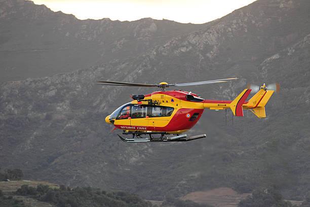 Hélicoptère de la Sécurité Civile Hélicoptère de la sécurité civile en vol. war effort stock pictures, royalty-free photos & images