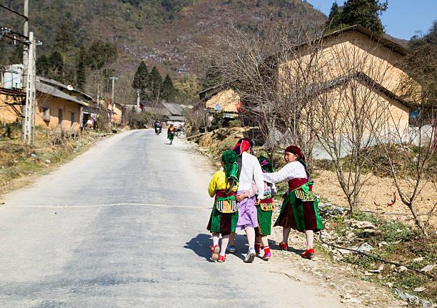 hmong-mädchen - dorfkind momente stock-fotos und bilder