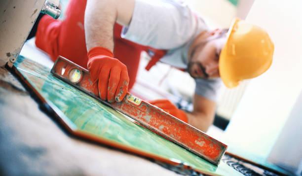 hnadyman installation von keramischen fliesen. - keramik fliesen handwerk stock-fotos und bilder