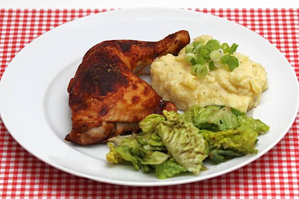 hã¼hnerschlegel mit pastinaken-kartoffelpã¼ree und salat - rezepte mit hühnerfleisch stock-fotos und bilder
