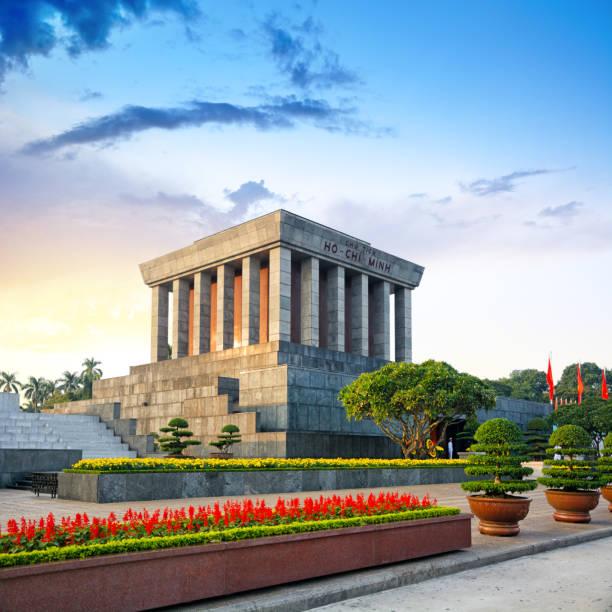 mausoleum van ho chi minh in hanoi - mausoleum stockfoto's en -beelden