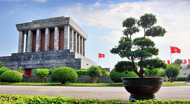 ho chi minh mausoleum in hanoi - mausoleum stockfoto's en -beelden