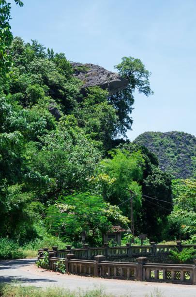 hoa lu alte hauptstadt in ninh binh province in nordvietnam - holu stock-fotos und bilder