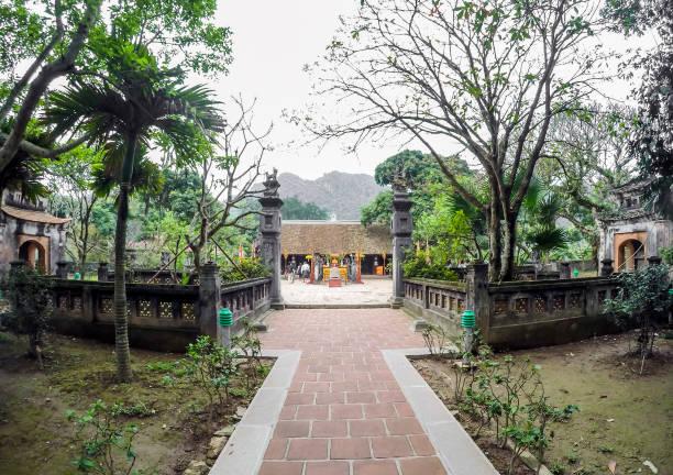hoa lu tempel eingang und garten - ninh binh province, vietnam, asien - holu stock-fotos und bilder