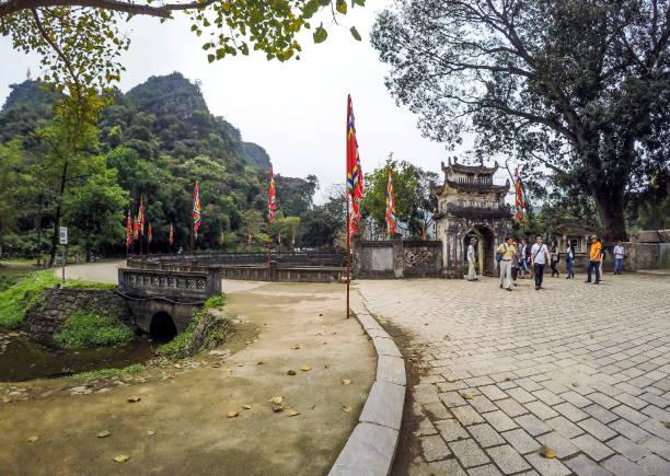 hoa lu tempel umgeben eingang von kalksteinen und seen - 4. april 2016 - ninh binh province, vietnam, asien - holu stock-fotos und bilder