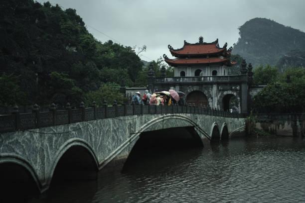 hoa lu tempel in vietnam, ninh binh. eingangstore - holu stock-fotos und bilder