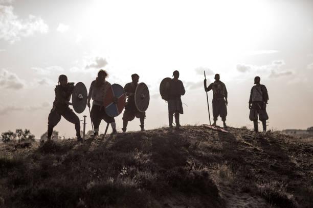 Ein Hort von Waffen schwingenden Wikingerkriegern im Hochland – Foto