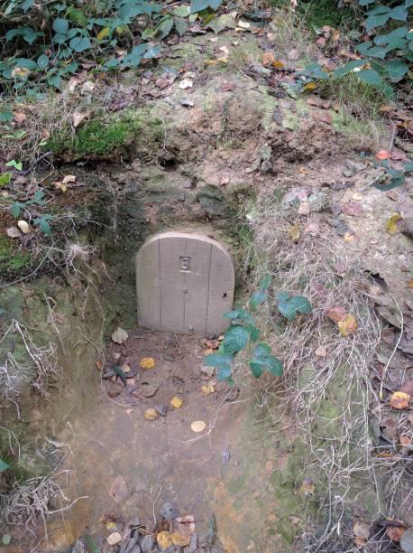 hobbithöhle - hobbit häuser stock-fotos und bilder