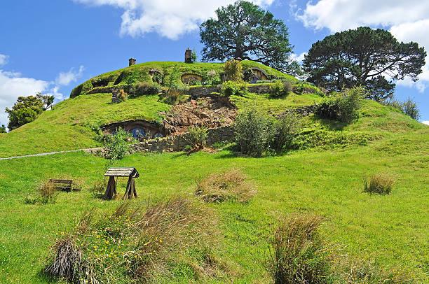 hobbiton - hobbit häuser stock-fotos und bilder