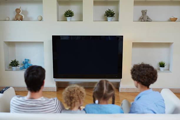 hobby is watching tv - tv e familia e ecrã imagens e fotografias de stock