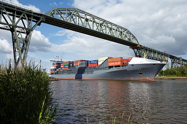 Hochdonn-Behälter Schiff in Nord-Ostsee-Kanal unter railroad bridge – Foto