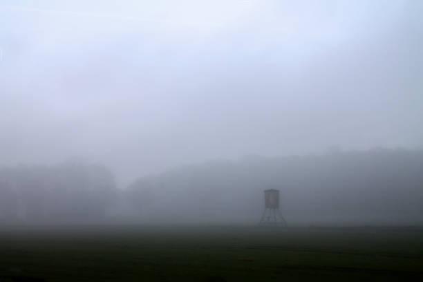Hochsitz im Nebel Hochsitz im Nebel hunting blind stock pictures, royalty-free photos & images