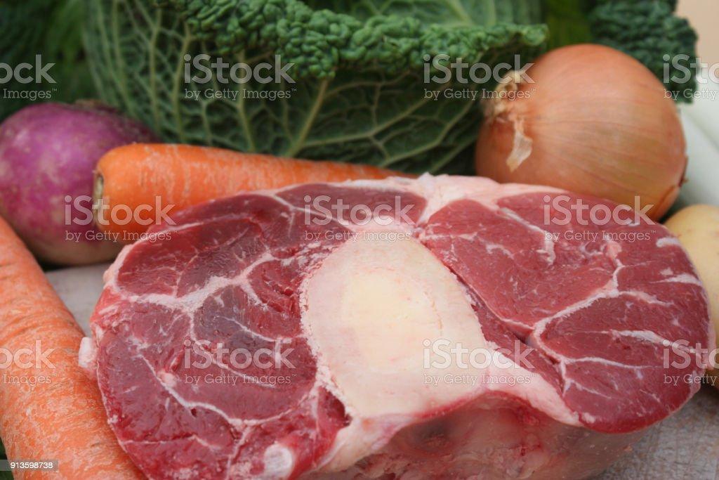 Hock Von Rindfleisch Und Gemüse Für Pot Au Feu Stockfoto Und Mehr