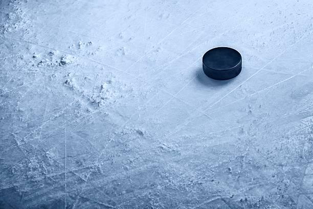 Hockey Puck auf Eis – Foto