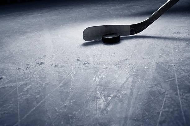 Hockeyschläger und Puck auf Eis. – Foto