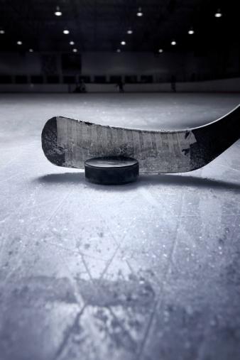 Bastone Da Hockey E Disco - Fotografie stock e altre immagini di Ambientazione interna