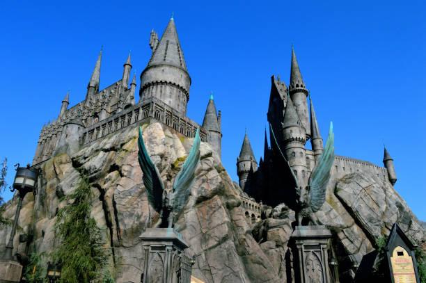 hogwarts schloss - schönste reiseziele der welt stock-fotos und bilder