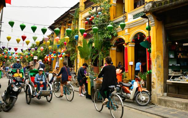 hoi an eine straßenszene - weihnachten vietnam stock-fotos und bilder