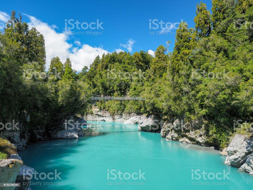 Hokitika Schlucht, das lebendige türkisblaue Wasser, umgeben von üppigen Buschlandschaft. (Südinsel, Neuseeland) – Foto