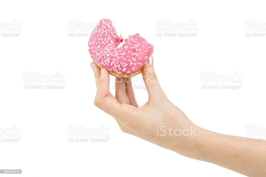 Lezzetli pembe ısırıldı Donut içinde pembe krema ile teslim tutun. İzole - Royalty-free Atıştırmalıklar Stok görsel