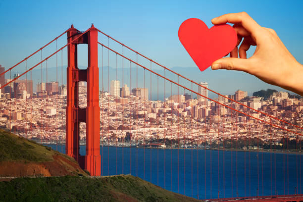 Hold red heart, golden gate bridge San Francisco – Foto