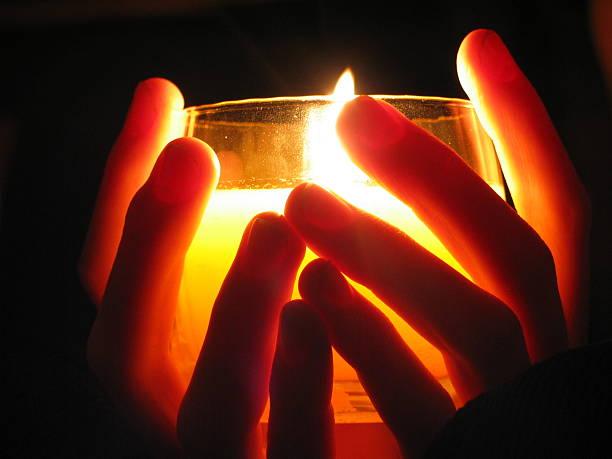 segurando uma vela no escuro - seitas imagens e fotografias de stock